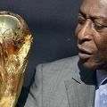 サッカーW杯の優勝トロフィーを見つめる元ブラジル代表のペレ氏(2014年3月9日撮影)。(c)FRANCK FIFE / AFP
