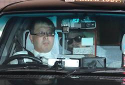 保釈され、湾岸署をタクシーで出る国母和宏被告(右)