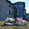 カナダ・モントリオール郊外ドーバルの高齢者介護施設「ヘロン」の前に手向けられた花(2020年4月16日撮影)。(c)Eric THOMAS / AFP