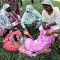 インド・パンジャブ州タルンタランの病院で、密造酒を飲んで死亡した男性の検視結果を待ちながら嘆き悲しむ遺族ら(2020年8月2日撮影)。(c)Narinder NANU / AFP