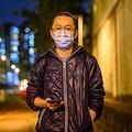 香港・屯門でインタビュー後に写真撮影に応じる、新型コロナウイルス患者の治療に当たるアルフレッド・ウォン医師(2020年2月13日撮影)。(c)Philip FONG / AFP