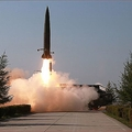 北朝鮮が5月9日に発射した、ロシアの短距離弾道ミサイル「イスカンデル」と酷似した飛翔体(2019年5月9日付朝鮮中央通信)
