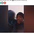 Facebookのライブ動画で、女の子を知っている人がいないか尋ねるトニーさん(画像は『WGNTV.com 2021年2月18日付「Man rewarded for finding 7-year-old girl roaming streets of Englewood alone」』のスクリーンショット)