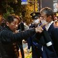 任命拒否への抗議でハンスト続ける男性、官邸前横断歩道で警官と押し問答