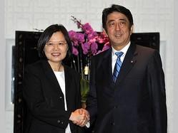 握手を交わす民進党の蔡英文主席(左)と安倍晋三氏=2011年9月撮影