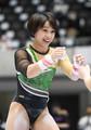 全日本体操個人総合選手権 段違い平行棒を終えてグータッチを交わす村上茉愛