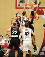 <国際親善試合 日本・ニュージーランド>第Qー、アバクロンビーのシュートを阻止する渡辺(左)と八村(撮影・会津 智海)