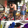 ハロウィン直前の渋谷で軽トラックを横転 容疑で男4人を逮捕へ