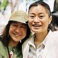 母2人、子ども3人の家族で暮らし始めて16年目となる小野さん(左)と西川さん。撮影:中内真紀