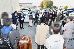 埼玉県草加市の240台の高級車が置き去りにされた駐車場で、急遽開かれたSグループ代理人弁護士による説明会。吊るし上げの様相だった