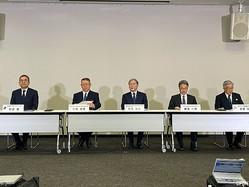 村井満チェアマン、三鴨廣繁氏、賀来満夫氏、舘田一博氏、斉藤惇コミッショナー(写真左から)