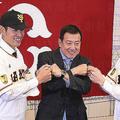 (左から)井納翔一、原辰徳監督、梶谷隆幸