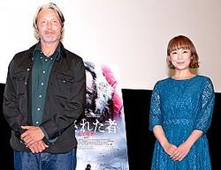 (左から)映画『残された者−北の極地−』ジャパンプレミア上映会に登場したマッツ・ミケルセン、佐藤仁美