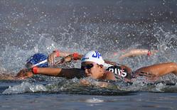 お台場海浜公園の会場で力泳するオープンウォータースイミングの選手たち=2019年8月11日午前7時2分、東京都港区、諫山卓弥撮影