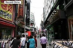 「韓国のコピー商品」を告発した有名現代アーティスト村上隆氏のインスタグラムの投稿が、韓国のネット上で大きな反響を呼んでいる。写真は明洞。