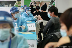 中国・北京で新型コロナウイルスのワクチン接種を受ける人々(2021年1月8日撮影)。(c)STR / CNS / AFP