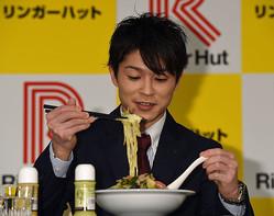 4年前の契約会見では、ちゃんぽんを試食した内村(2017年3月)