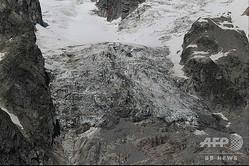 モンブランのイタリア側で崩落しつつあるプランパンシュー氷河の一部(2020年8月5日撮影、8月6日公開)。(c)AFP PHOTO / FONDAZIONE MONTAGNA SICURA