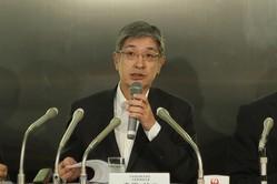 定例会見に臨む日本航空(JAL)の赤坂祐二社長
