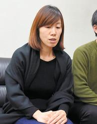 行方不明から2カ月を前に心境を話す小倉美咲さんの母とも子さん。父雅さん(右)も同席し、取材に応じた=2019年11月16日、甲府市