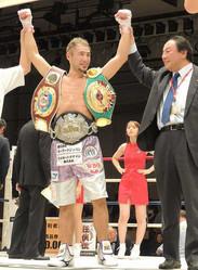 <東洋太平洋&WBOアジアパシフィック・ライト級王座決定戦>1回TKO勝ちで新王者となり、3本のベルトを巻く吉野修一郎