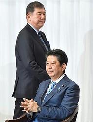 安倍首相(右)と石破氏の距離は遠くなるばかりだ