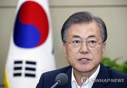 首席秘書官・補佐官会議で発言する文大統領=12日、ソウル(聯合ニュース)