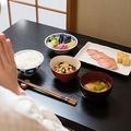 食事中に三角食べを意識しない人も 1品ずつ食べ進める「ばっかり食べ」も