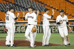 首位を走る巨人=東京ドーム (C) Kyodo News