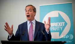 英ロンドンで、欧州議会選について記者会見するブレグジット党のナイジェル・ファラージ党首(2019年5月7日撮影)。(c)Tolga Akmen / various sources / AFP