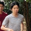 兄の啓太(右から3人目)らとともに走り込む設楽悠太(右)=宮崎市・シーガイア