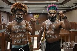 インドネシア・ジャカルタの裁判所で、公判に先立ち写真撮影に応じるパプア人活動家ら(2020年1月20日撮影)。(c)ADEK BERRY / AFP