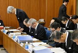県議会で盗難事件発生を謝罪する県警本部長と幹部たち(写真:共同通信社)