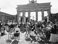 (写真)14日、ベルリンで、「慰安婦」問題での謝罪と補償、戦時性暴力への反対を訴えた集会。中央に置かれているのは「旅する平和像」(伊藤寿庸撮影)