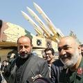 イランの首都テヘランにある博物館で、地対空ミサイルシステム「ホルダード3」の前を歩くイラン革命防衛隊のホセイン・サラミ司令官(右、2019年9月21日撮影)。(c)ATTA KENARE / AFP
