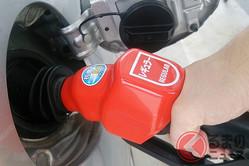 「もう少し…」満タン後の継ぎ足し給油は危険? セルフ式で見かける行為は何が危険なのか