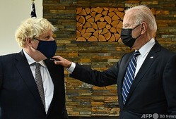 英コーンウォール・カービスベイで会談したボリス・ジョンソン英首相(左)とジョー・バイデン米大統領(2021年6月10日撮影)。(c)Brendan Smialowski / AFP