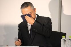 2019年7月22日の記者会見で涙をぬぐう吉本興業の岡本昭彦社長