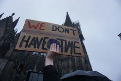 各地で気候変動に関する抗議運動が起こっている Image by NiklasPntk