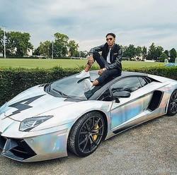 愛車の上にのっかるオーバメヤン。アーセナルが誇るエースの愛車総額は4億円を超えてくるという(写真はインスタグラムより)。