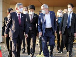 選手村村長の川淵三郎氏(手前左端)や日本人アスリートらと選手村を視察するIOCのトーマス・バッハ会長(手前左端から3人目)