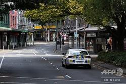 ニュージーランド・ウェリントンで、外出制限が出されている市内をパトロールする警察(2020年3月26日撮影)。(c)Marty MELVILLE / AFP
