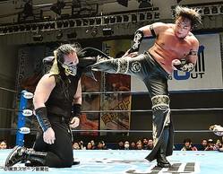 タイチはDOUKI(左)に強烈な蹴りを見舞った