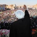 10日、イラン中部ヤズドでの演説で、聴衆に手を振るロハニ大統領。イラン大統領府提供=ロイター