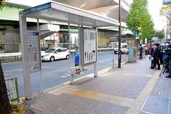 死亡した大林三佐子さんが倒れていた現場。バス停のベンチに座っていたところ、男に殴られた=2020年11月16日午後1時11分、東京都渋谷区幡ケ谷2丁目、滝口信之撮影