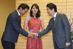 ミス・ユニバース日本代表の娘・桃子さんとともに首相に挨拶した阿部祐二氏(2018年1月・時事通信フォト)