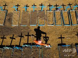 ブラジル北西部アマゾナス州の州都マナウスの墓地。マナウスでは、新型コロナウイルスによる死者が毎日のように埋葬された(2020年6月2日撮影)。(c)Michael DANTAS / AFP