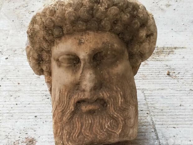 アテネの中心地で古代の彫像の頭部が発掘 紀元前3〜4世紀後半のものかヘルメス神像の頭部発掘、紀元前3〜4世紀後半のものか アテネ