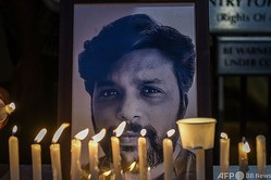 インド・ムンバイの記者クラブの前に飾られた、アフガニスタンで取材中に亡くなったロイター通信のフォトグラファー、ダニッシュ・シディクイ氏の写真(2021年7月17日撮影)。(c)Punit PARANJPE / AFP