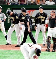 9回、死球を受け一塁へ向かう福留(8)を見つめ、険しい表情の矢野監督(右奥)